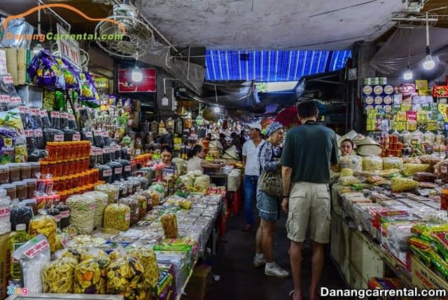The best time to visit Dong Ba Market